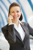 Moderne Berufsgeschäftsfrau mit Telefon Lizenzfreies Stockfoto