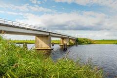Moderne Betonbrücke über einem niederländischen Kanal lizenzfreies stockbild