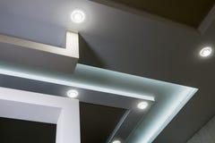 Moderne binnenlandse ruimte met tiered plafonds en verdelingen stock foto