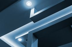 Moderne binnenlandse ruimte met tiered plafonds en verdelingen royalty-vrije stock afbeeldingen