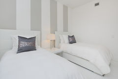 Moderne binnenlandse slaapkamer Stock Afbeeldingen