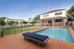 Moderne binnenplaats met pool Stock Foto's