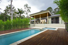 Moderne binnenplaats met pool Royalty-vrije Stock Afbeelding