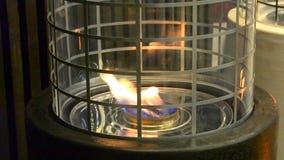 Moderne biofireplot op het close-up van het ethylalcoholgas stock video
