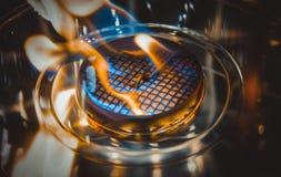 Moderne biofireplotopen haard op ethylalcoholgas Het close-up van het vlamgasfornuis stock foto