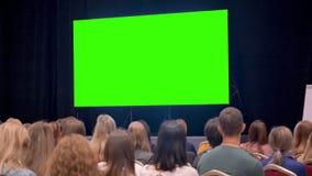 Moderne bioskoopruimte voor het letten van op films met vertoning of monitor bij achtergrond stock video