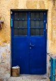 Moderne blaue Metalltür mit Fenster und openwork ein schöner Weinlesehintergrund Lizenzfreie Stockfotos