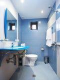 Moderne blauwe badkamers Stock Afbeelding