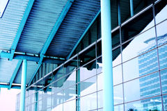 Moderne blauwe glasmuur van wolkenkrabber Royalty-vrije Stock Foto
