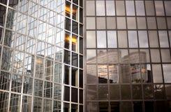Buitenkant van eigentijds glas commercieel centrum royalty-vrije stock afbeelding