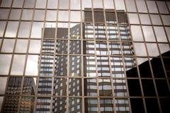 Buitenkant van eigentijds glas commercieel centrum stock foto's