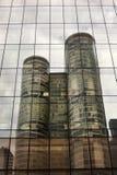 Buitenkant van eigentijds glas commercieel centrum stock foto