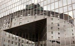 Buitenkant van eigentijds glas commercieel centrum stock fotografie