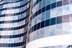 Moderne blauwe glasmuur van wolkenkrabber met hemelbezinning Stock Afbeelding