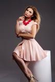 Moderne blonde Dame, die im Studio aufwirft Lizenzfreie Stockfotografie