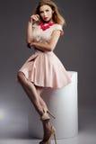 Moderne blonde Dame, die im Studio aufwirft Stockfotografie