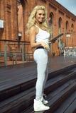 Moderne blonde Damenaufstellung Stockfotografie