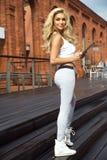 Moderne blonde Damenaufstellung Stockfoto