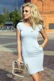 Moderne blonde Damenaufstellung Lizenzfreies Stockfoto