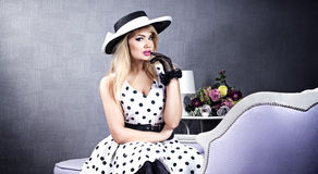 Moderne blonde Frau Lizenzfreies Stockfoto