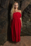 Moderne blonde Frau der Schönheit nahe dem Felsen Lizenzfreie Stockfotografie
