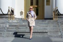 Moderne blonde Geschäftsdame beim Sonnenbrillegehen Lizenzfreies Stockfoto