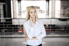 Moderne blonde Geschäftsfrau im Büro mit Kopienraum Stockfotos