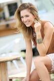 Moderne blonde lächelnde Frau draußen Stockbilder