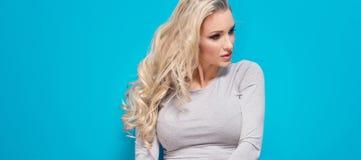 Moderne blonde Mädchenaufstellung Lizenzfreie Stockbilder