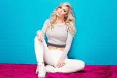 Moderne blonde Mädchenaufstellung Stockfotos