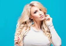 Moderne blonde Mädchenaufstellung Lizenzfreies Stockbild
