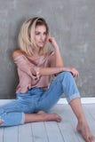 Moderne blonde Mädchenaufstellung Lizenzfreie Stockfotos