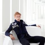 Moderne blonde mannelijke futuristische zitting sc.i-FI Royalty-vrije Stock Afbeeldingen