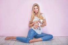 Moderne Blondine auf rosa Hintergrund Stockfotografie