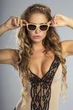 Moderne Blondineaufstellung Lizenzfreie Stockfotografie