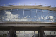 Moderne Bogen-Fassade mit reflektierenden Gläsern Lizenzfreie Stockfotos