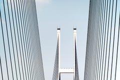 Moderne Brücke mit blauem Himmel Lizenzfreie Stockfotografie