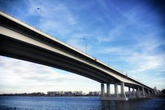 Moderne Brücke mit Himmel und Fluss am Hintergrund lizenzfreie stockbilder