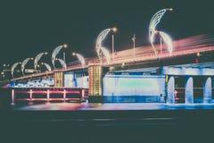 Moderne Brücke mit Retrostil beleuchtet in Ventspils in Lettland Lizenzfreies Stockfoto
