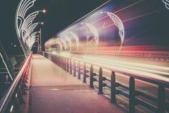 Moderne Brücke mit Retrostil beleuchtet in Ventspils in Lettland Stockfotografie