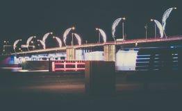 Moderne Brücke mit Retrostil beleuchtet in Ventspils in Lettland stockbild