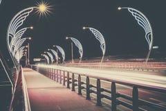 Moderne Brücke mit Retrostil beleuchtet in Ventspils in Lettland Stockfoto