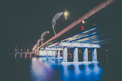 Moderne Brücke mit Retrostil beleuchtet in Ventspils in Lettland Lizenzfreie Stockfotos