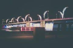 Moderne Brücke mit Retrostil beleuchtet in Ventspils in Lettland Lizenzfreie Stockfotografie