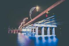 Moderne Brücke mit Retrostil beleuchtet in Ventspils in Lettland stockbilder