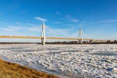 Moderne Brücke über dem gefrorenen Fluss Lizenzfreie Stockbilder