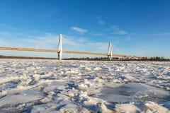 Moderne Brücke über dem gefrorenen Fluss Lizenzfreie Stockfotos