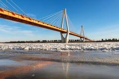 Moderne Brücke über dem gefrorenen Fluss Lizenzfreie Stockfotografie