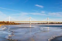 Moderne Brücke über dem gefrorenen Fluss Stockfoto
