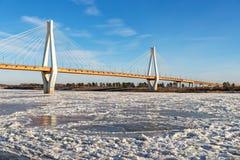 Moderne Brücke über dem gefrorenen Fluss Lizenzfreies Stockfoto